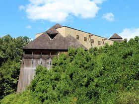 浜松北部の山上に建つ「秋野不矩美術館」は、手作り感溢れるファンタジーで型破りな美術館!|静岡県|トラベルjp<たびねす>