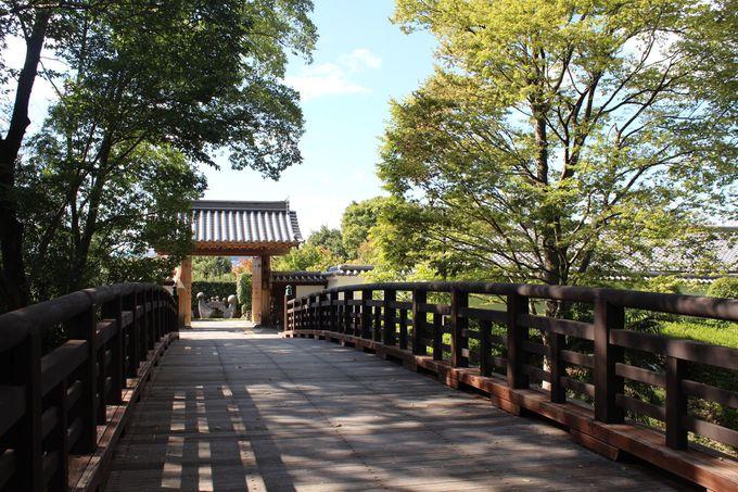 立派な薬医門と木造橋が設えられた城郭の雰囲気漂うアプローチ