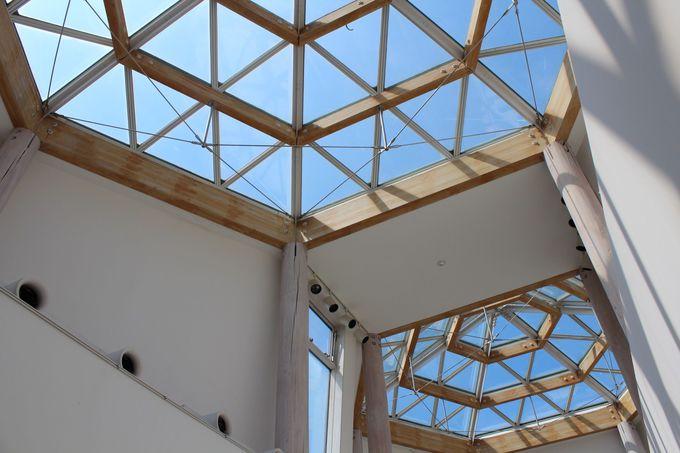 世界的建築家・磯崎新デザインの六角塔がユニークな建物