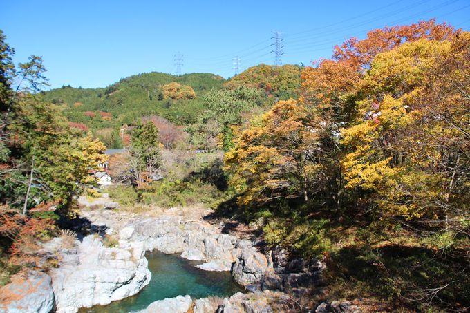 石舟橋周辺の紅葉が人気!あきる野市「秋川渓谷」