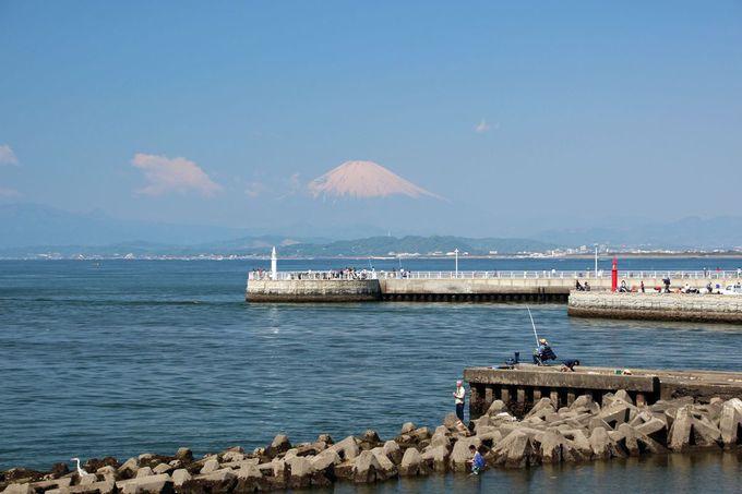 江の島弁天橋から相模湾越しに見る富士山