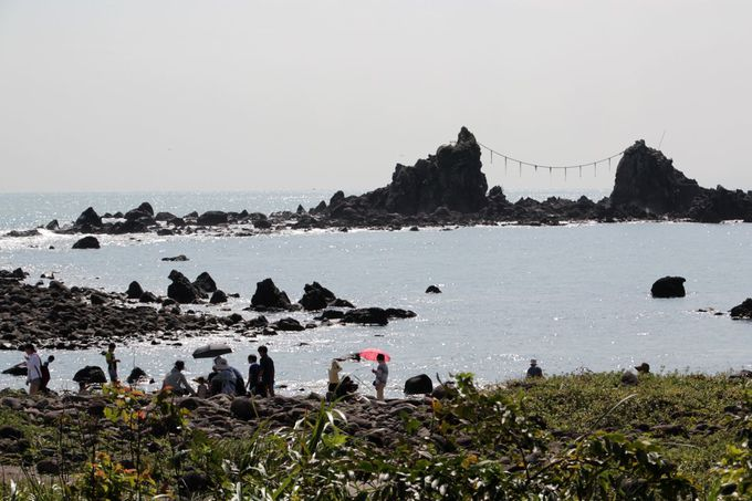 岬の先に浮かぶ景勝「三ツ石」は必見!
