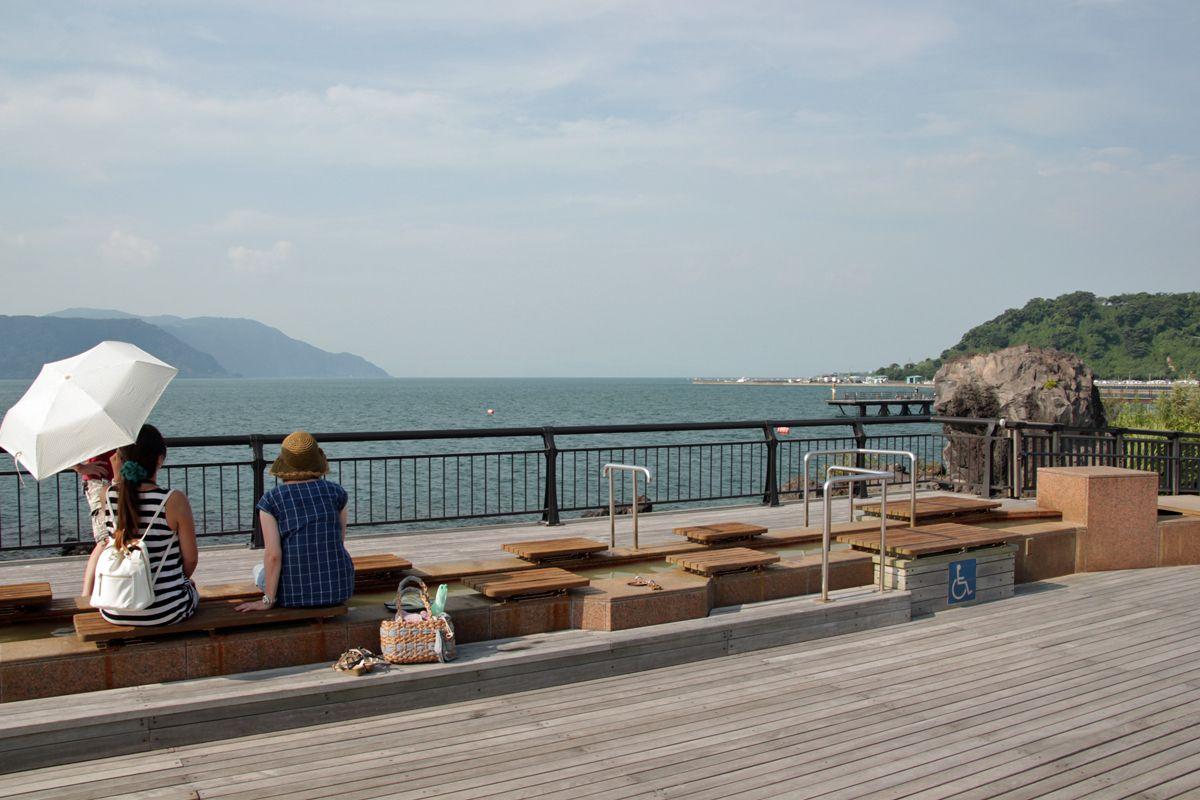 桜島を背に錦江湾を見ながら足湯!鹿児島「溶岩なぎさ公園」
