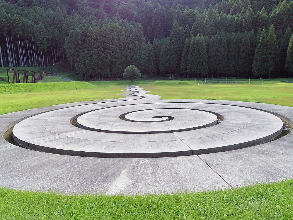 地面に埋め込まれた「螺旋の水路」。夢の中のようなシュール!