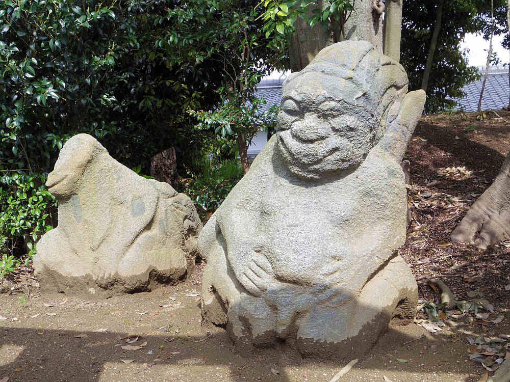田んぼから発見された4体の石像「猿石」