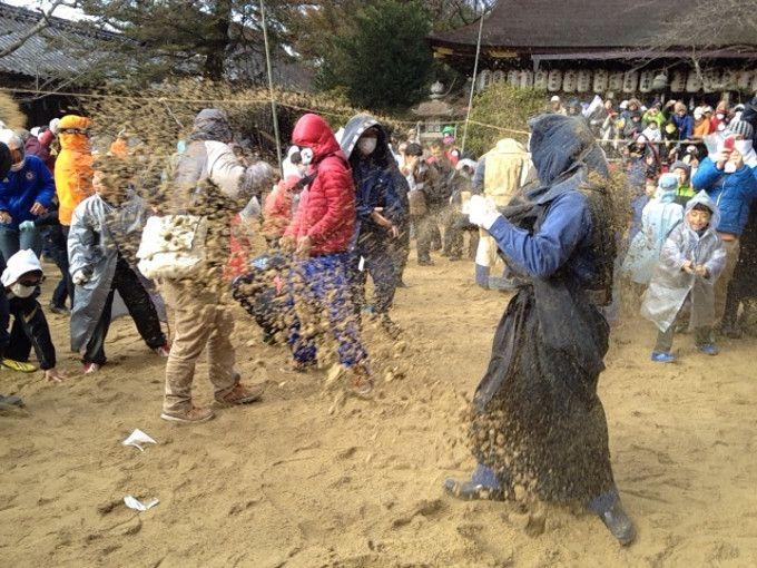 全身砂まみれ!砂を掛け合う奇祭!奈良県「砂かけ祭り」