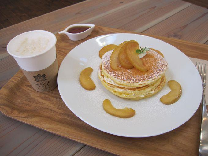 パンケーキは地元の卵、フルーツを使用