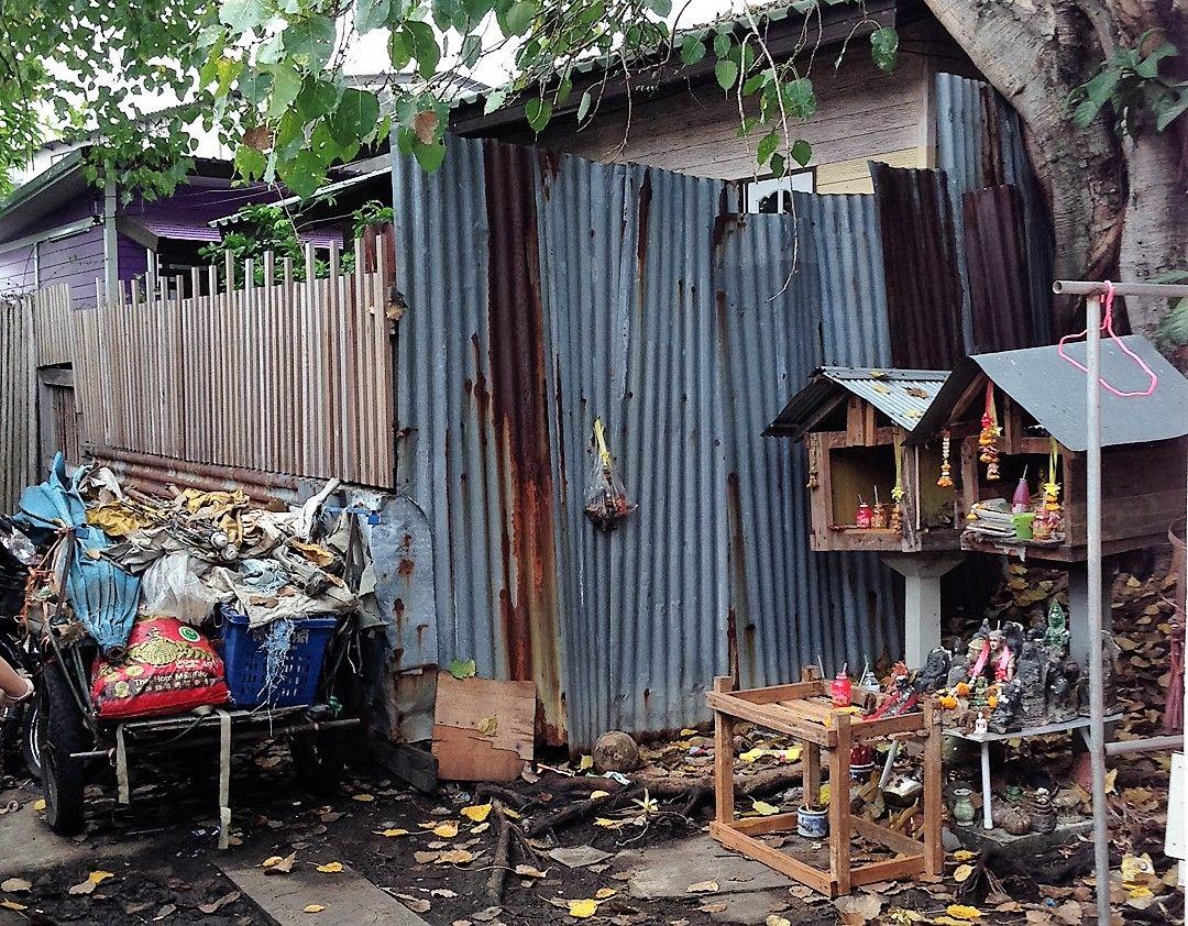 バンコク最大のスラム、クロントイでたくましく生きる人々の生活を間近に見る