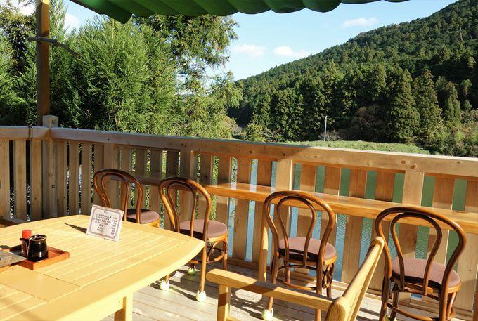 リゾートのような池の眺めが楽しめるテラス席