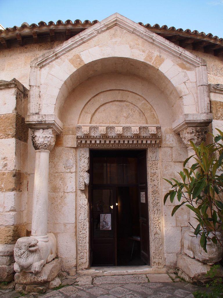 白い石畳の奥のロマネスクの教会