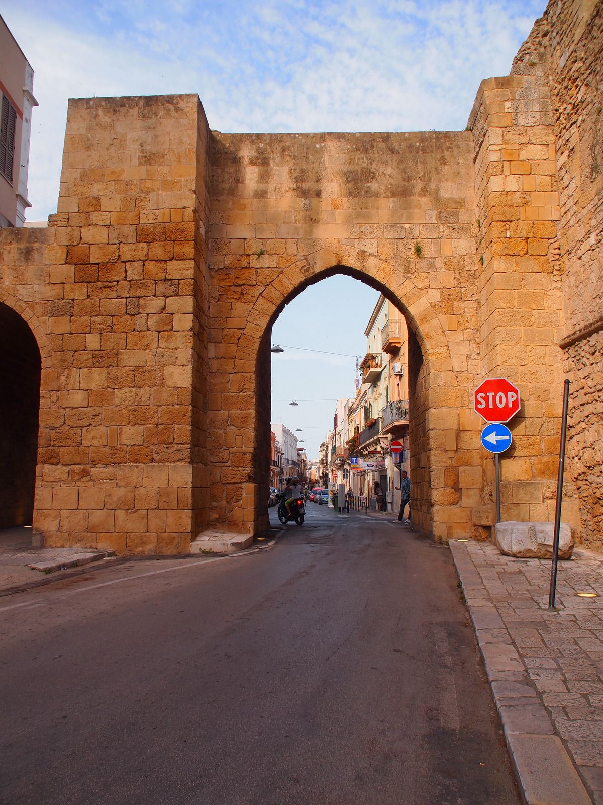 旅人を迎える門