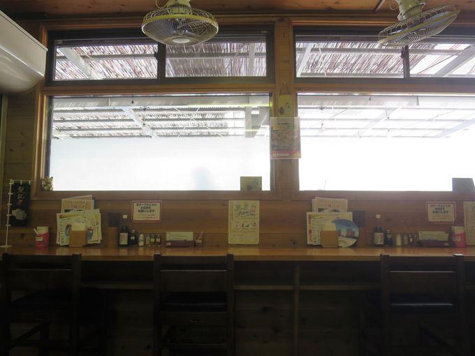 テーブル席とカウンター席を配置したこじんまりとした店内