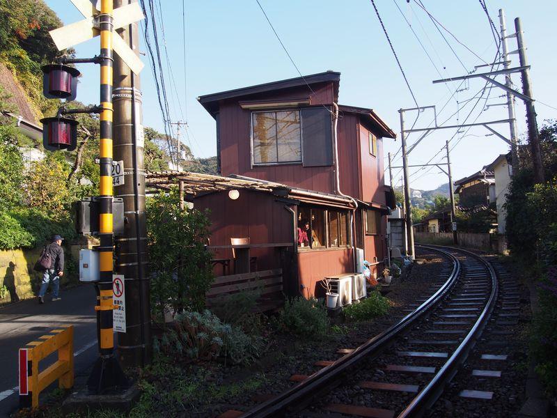 江ノ電がすれすれを走る!稲村ヶ崎・カフェ「ヨリドコロ」で美味しい朝食