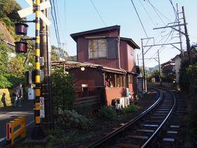 江ノ電がすれすれを走る!稲村ケ崎・カフェ「ヨリドコロ」で美味しい朝食|神奈川県|トラベルjp<たびねす>