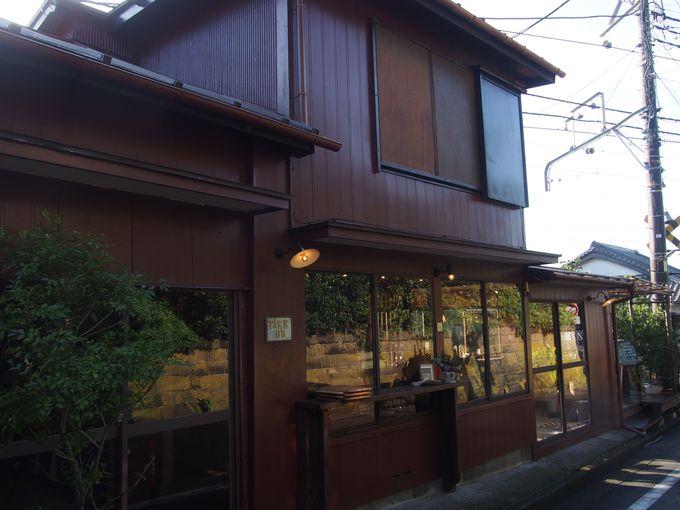 最寄りは稲村ヶ崎駅。線路沿いに建つ大正時代の古民家