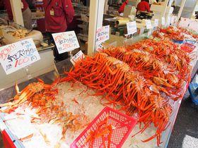 ズワイガニが100円から!魚介類の宝庫・寺泊「魚のアメ横」は食べ歩きが楽しい|新潟県|トラベルjp<たびねす>