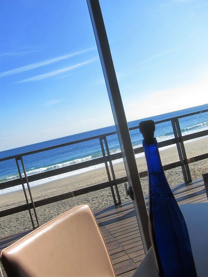 気分は地中海のリゾート。窓際席を確保しよう