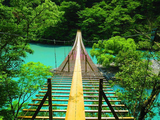 美しいミルキーブルーの絶景!静岡・夢の吊り橋(寸又峡)