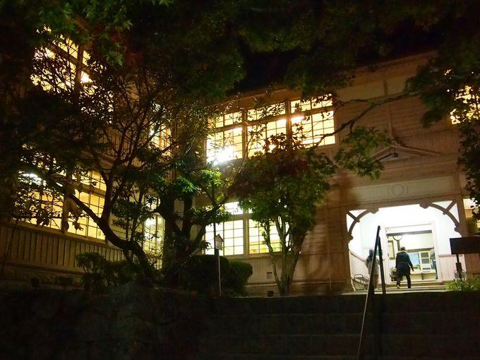 ライトアップ期間中だけ夜も入れる!中学・高等学校としても利用された木造校舎
