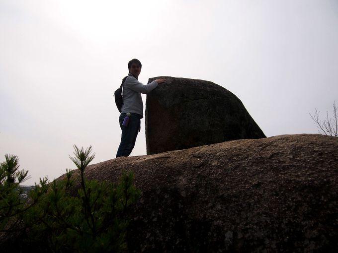 山のてっぺんのタンク岩。名前の由来は「戦車」に似ているから!