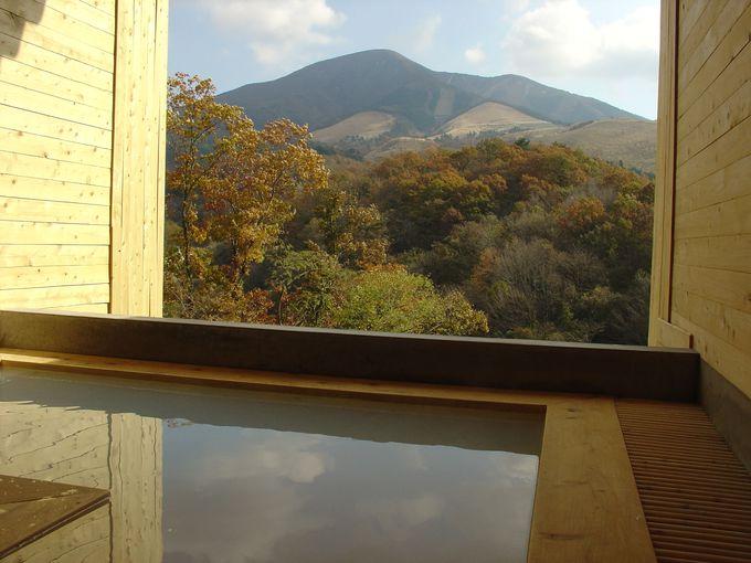 湧蓋山を正面に大パノラマを見ながら源泉の一番湯に浸る開放感!