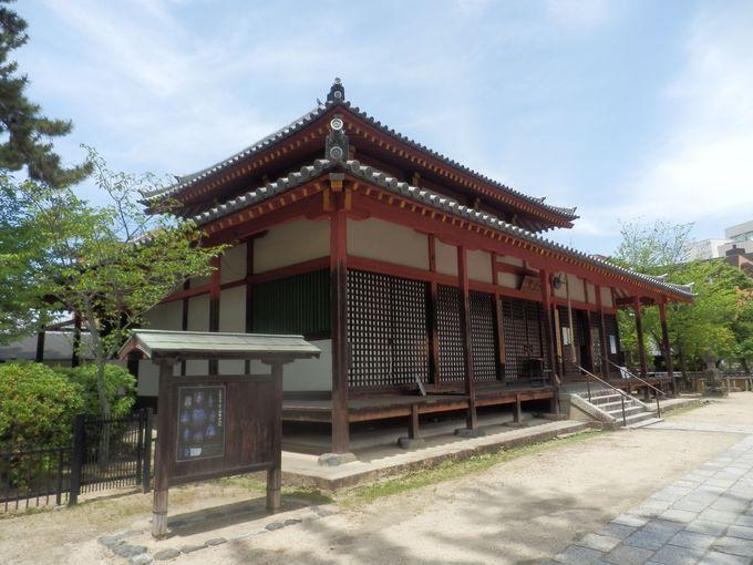 6メートルにおよぶ大像が安置された四王堂