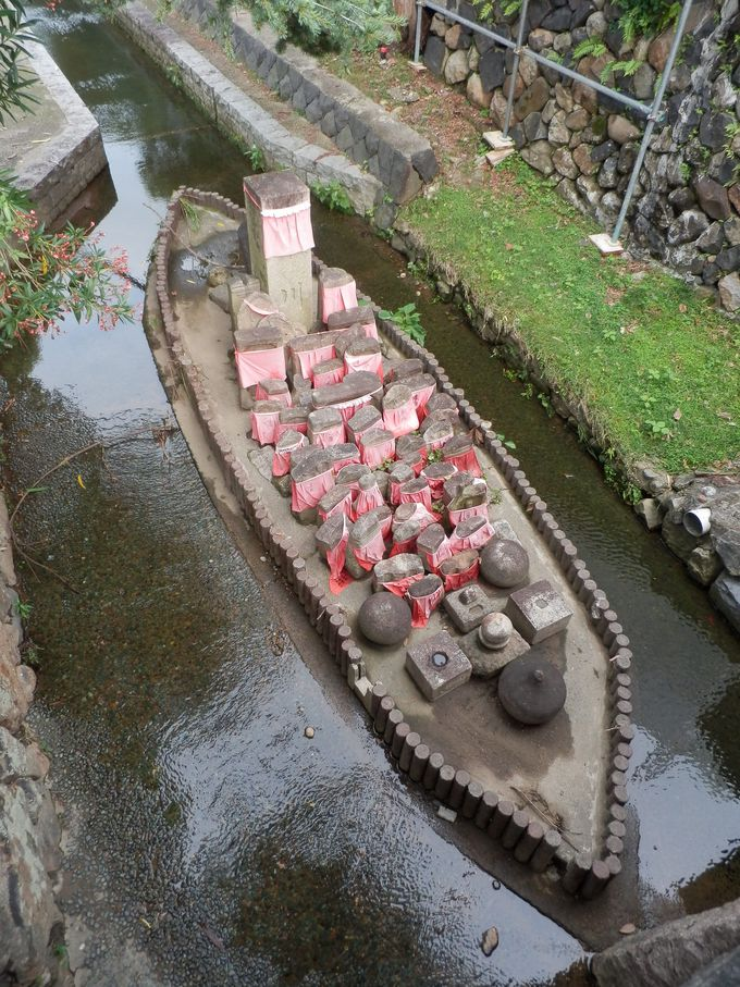こんなユニークな造形も!川の中洲に集められた地蔵石仏群