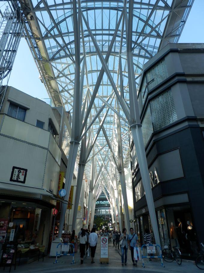 青空が見える!開放感と透明感にあふれたアーケードの構造美