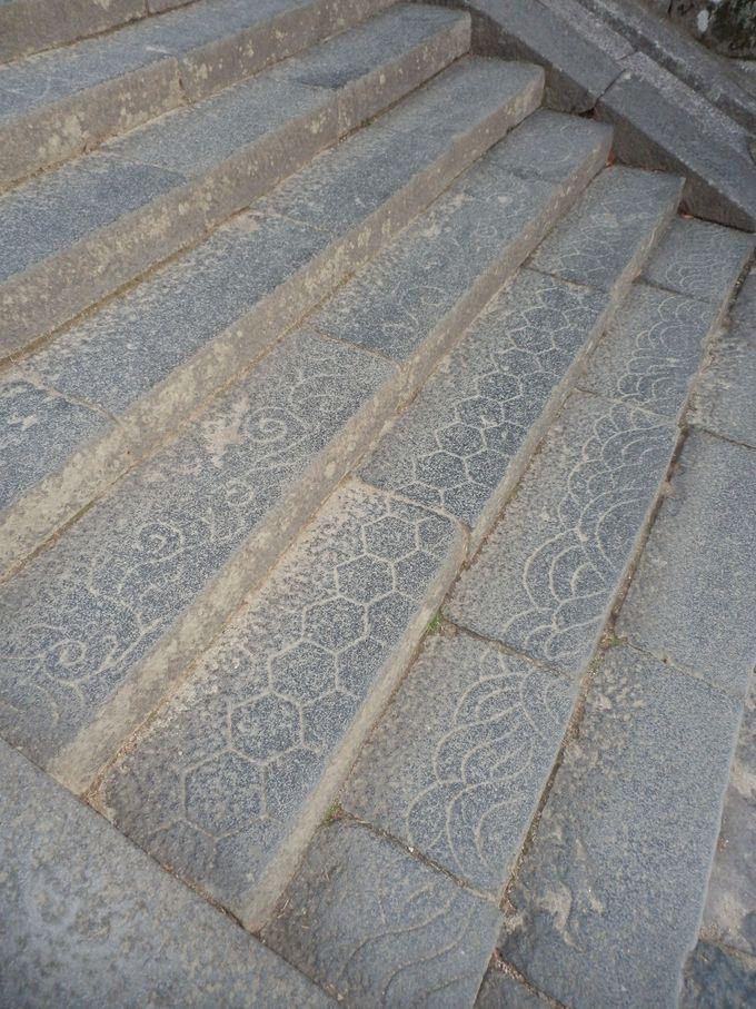 足元にも注目!石段に刻まれた紋様の数々