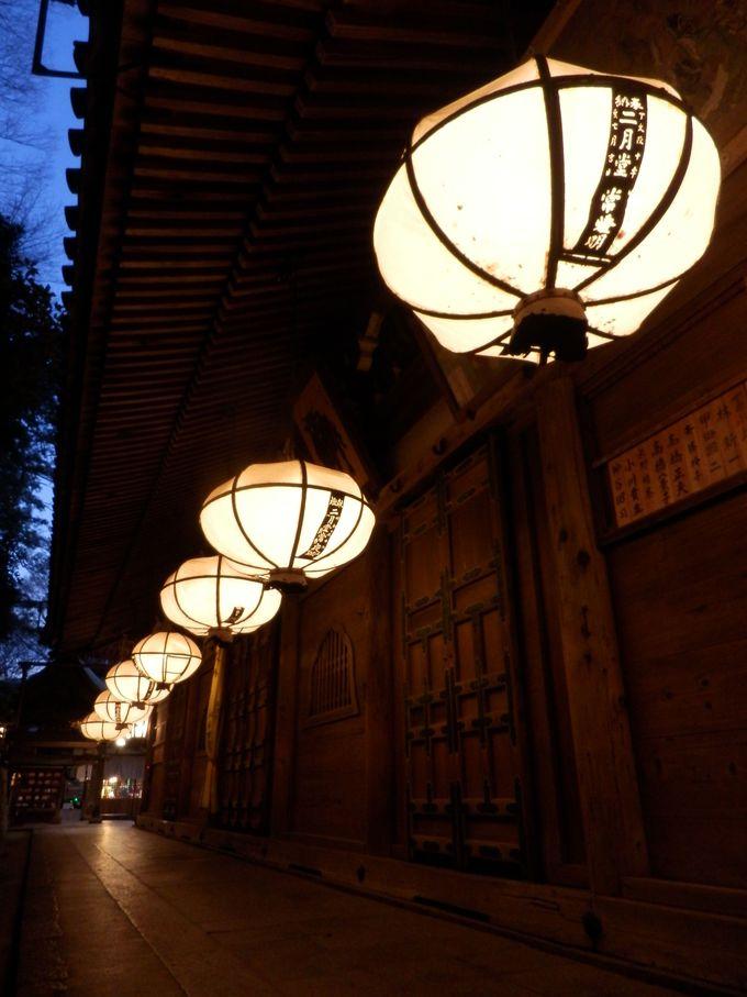 灯りのともる時間帯に訪れよう!回廊をとりかこむ幻想的な釣燈籠
