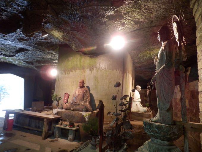 めくるめく世界への入口!仏像・高僧像を安置した阿弥陀洞