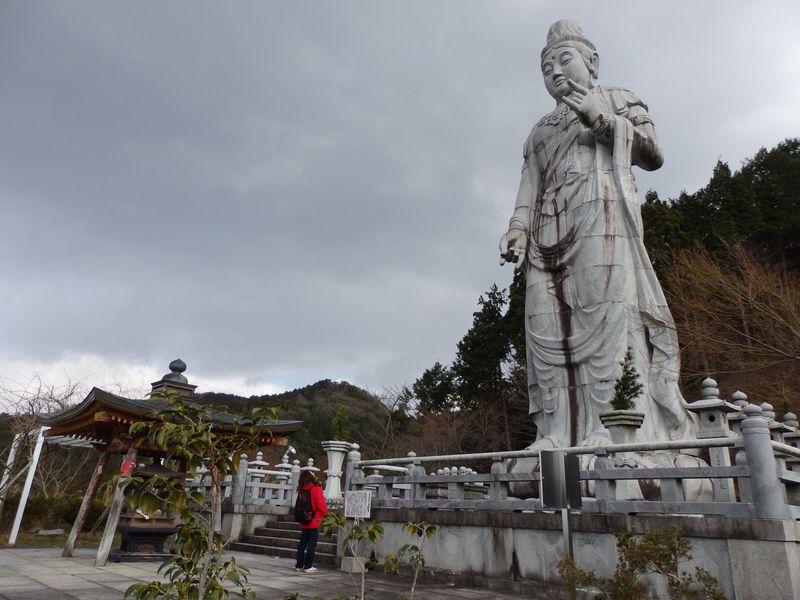 巨大な仏像群は圧巻!日本とインドが共存する高取町の古刹・壷阪寺