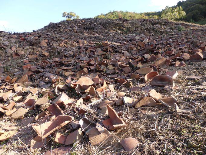 無数の陶片が散乱・堆積するさまは圧巻!窯跡の規模を指し示す巨大な「物原」
