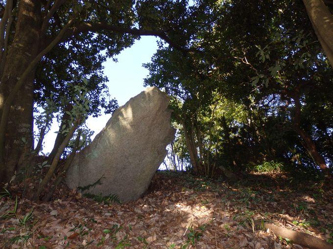 斜面にも注目!墳頂部以外にも見られる立石