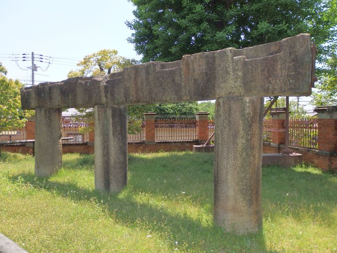 館内の展示品だけで満足しないこと!館外に展示された五条大橋の石材