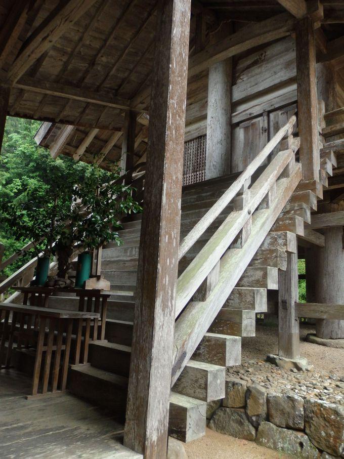 出雲大社本殿との共通点を見つけよう!向かって右側にとりつけられている階段