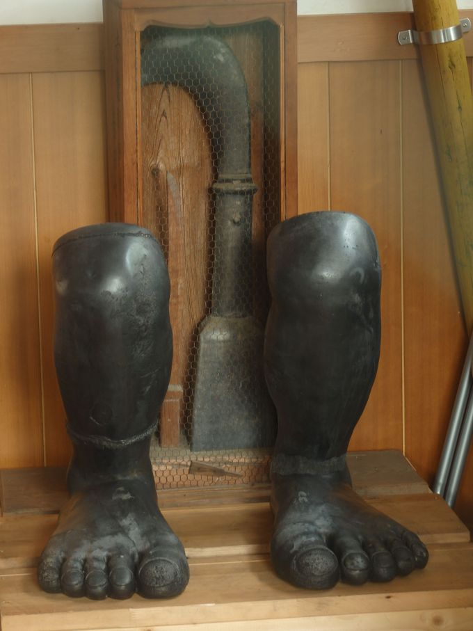 拝殿内に安置された足犬と鎌
