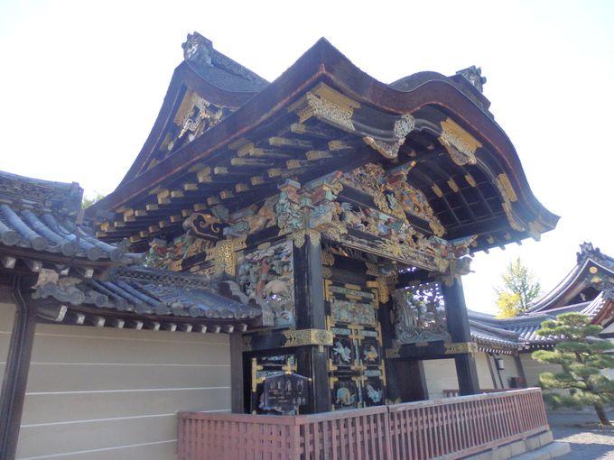 西本願寺を代表する造形といえば、やはりこれ!国宝・唐門の見事な彫刻類