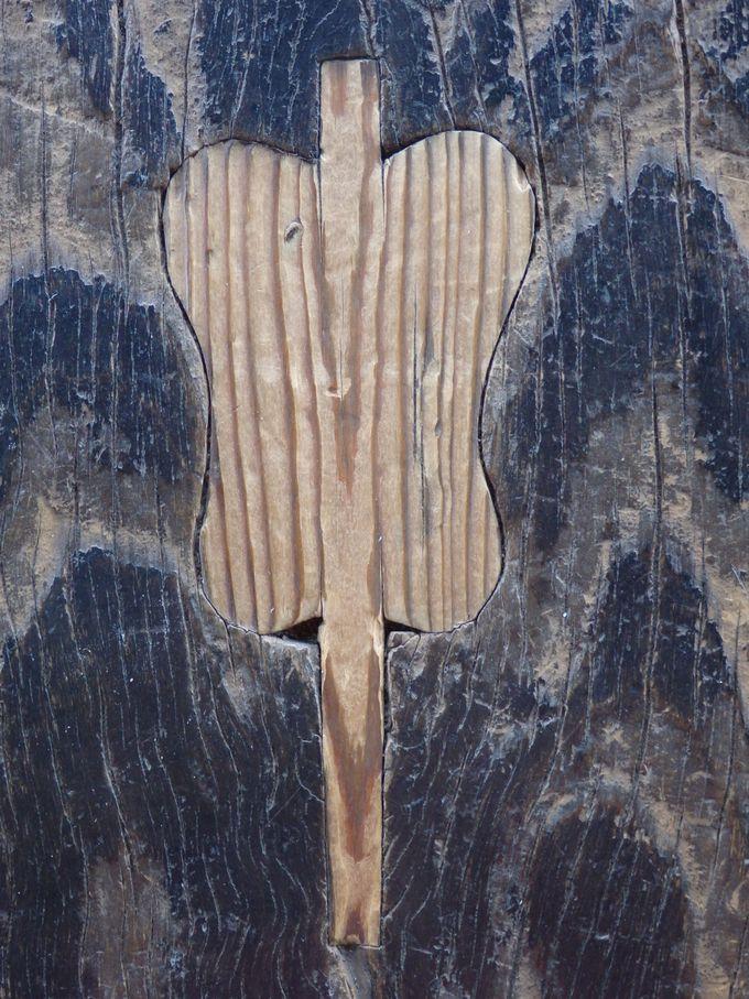 足元に注目!阿弥陀堂の廊下に見られる軍配の「埋め木」