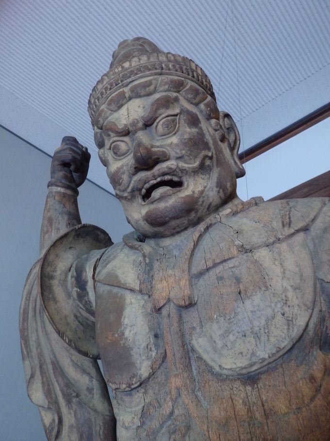 憤怒の表情に圧倒されること、間違いなし!増長天立像
