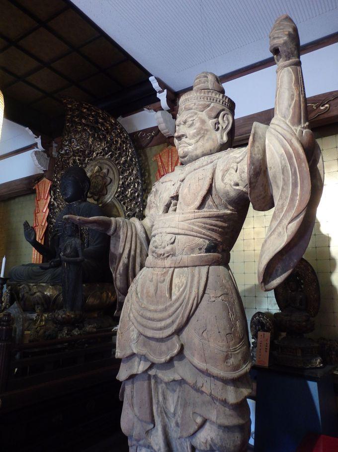堂内には魅力的な仏像がたくさん!四天王のうちの多聞天立像