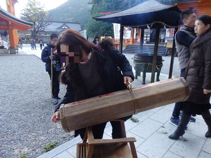 その大きさ、日本一!拝殿前の巨大おみくじ