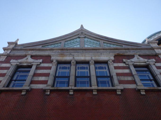 伊東忠太の「建築進化論」を反映させた独特の意匠