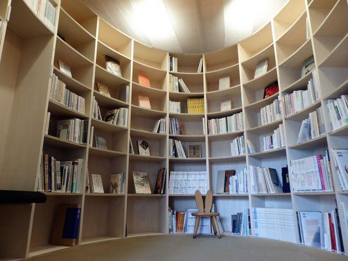 奈良観光の魅力がぎゅっと詰まった館内の大型本棚