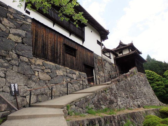 ここで春代が主人公・辰弥を出迎えた!映画『八つ墓村』で登場する門前