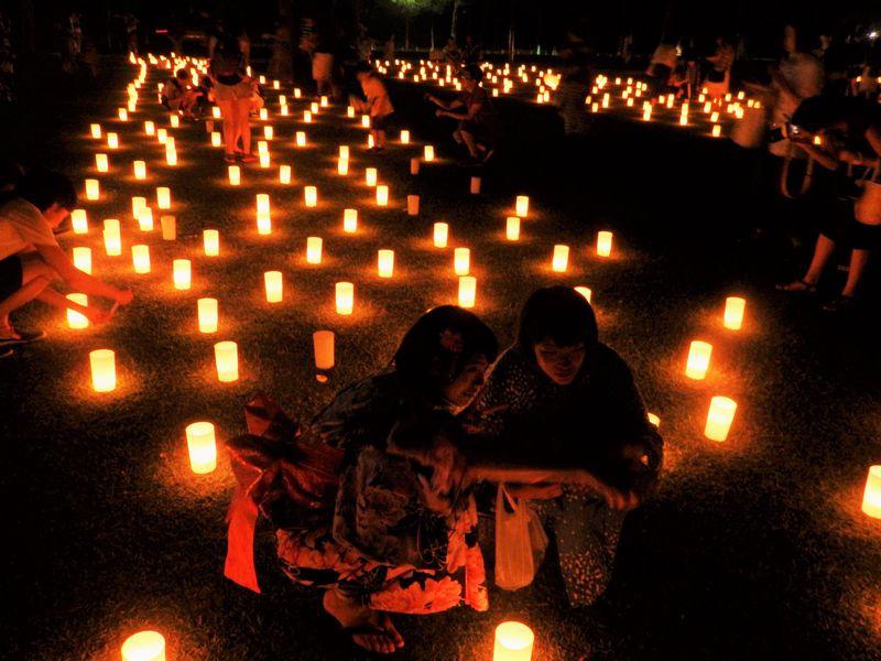 奈良公園に浮かびあがる光の幻想!夏の風物詩「なら燈花会」