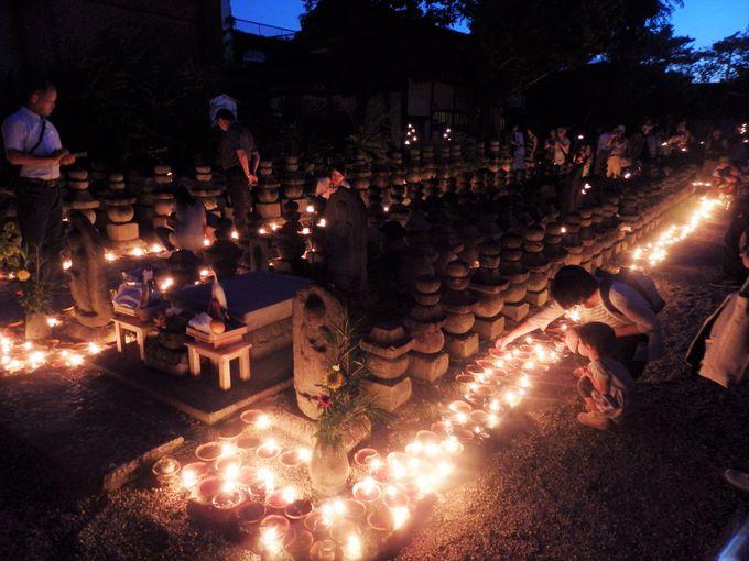 夕闇迫るなか、点火された灯明が光の道を作る!