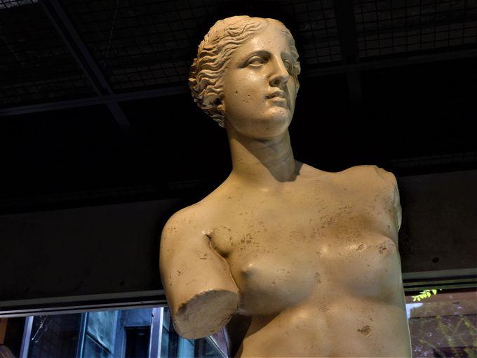 ルーブルの彫刻といえば、やはりこれ!「ミロのヴィーナス」と「サモトラケのニケ」