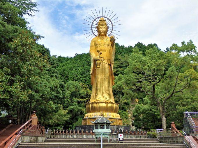 圧倒的!境内の奥に屹立する巨大な純金開運寶珠大観世音菩薩