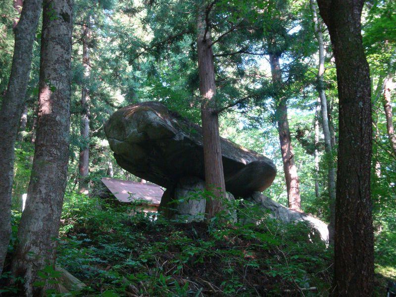 遠野のミステリー〜緑深き山で謎の「続石」を見る